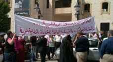 أهالي طلاب الخارج يعتصمون أمام بلدية السلط