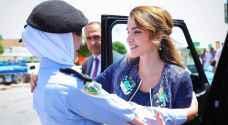 الملكة مع إحدى النشميات خلال توجهها إلى إربد