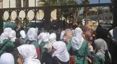 بالصور: الأمن يمنع معتصمات من دخول مبنى التربية