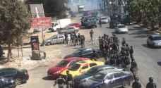 السلط: مواطنون يغلقون طريق السرو والأمن يتدخل ..فيديو وصور
