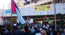 عمال الكهرباء ينفذون وقفة إحتجاجية أمام مقر شركتهم..صور