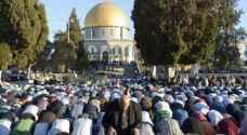 آلاف الفلسطينيين يؤدون الجمعة برحاب المسجد الأقصى