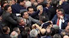 حين يتعارك نواب البرلمان التركي بسبب 'صلاحيات أردوغان' .. فيديو