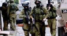 الاحتلال يستدعي فلسطينيين بالخليل بينهم والدة أسير