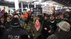 عشرات الالاف بامريكا يتظاهرون ضد قرار ترامب منع دخول المسلمين ..فيديو وصور