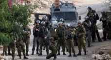 الاحتلال يستدعي شابا لمقابلة مخابراته ويكثف من تواجده جنوب الخليل