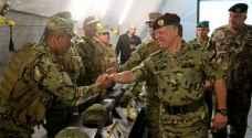 الملك يتابع تمريناً عسكرياً ليلياً..صور