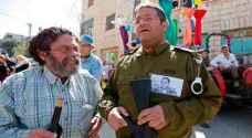 مستوطنون في الخليل يكرمون جنديا اسرائيليا دين بالاجهاز على فلسطيني جريح