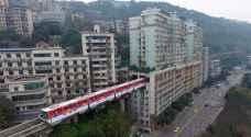 قطار يمر داخل برج سكني في الصين لحل أزمة كثافة السكان..صور