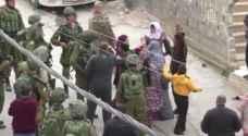 بالفيديو .. نساء فلسطينيات ينتزعن طفلاً من الاحتلال قبل اعتقاله