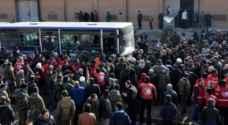 الآلاف ينتظرون منذ ساعات قرب حلب بعد اجلائهم