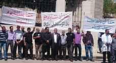 موظفو الصحة يعتصمون أمام وزارتهم.. صور
