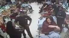 أمريكا: تأخروا في حلاقة ابنها فهددتهم بمسدس..فيديو