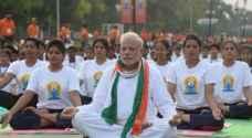 رئيس الوزراء الهندي يمارس اليوجا مع ٥٠ ألف شخص