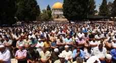 عشرات الآلاف يصلون في الأقصى بجمعة رمضان الأخيرة