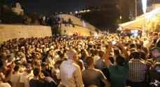 بالصور .. الآلاف يصلون خارج الأقصى ومواجهات في القدس