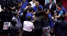 شاهد بالفيديو.. مشاجرة بالايدي داخل البرلمان التايواني