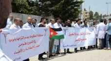 أطباء يحتجون أمام رئاسة الوزراء للمطالبة بفرص عمل