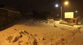 تراكم الثلوج في منطقة القادسية بمحافظة الطفيلة