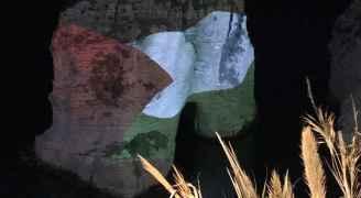 اضاءة صخرة الروشية في لبنان بعلم فلسطين
