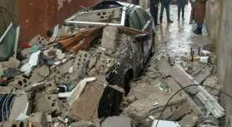 انهيار واجهة منزل بسبب الأحوال الجوية في مخيم البقعة واضرار بسيارات