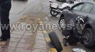 بالصور..رقيب سير يبدل إطار مركبة في وسط عمان