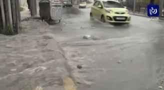 بالفيديو..الأمطار والسيول في شوارع عمان ظهر الجمعة