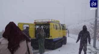 شاهد عمليات إخلاء محاصرين وسط الثلوج بالبترا