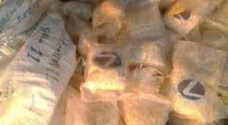 صور .. إحباط تهريب ١٠٠ ألف حبة مخدرات بمطاردة على الصحراوي