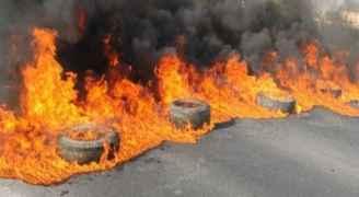 مجهولون يغلقون طريقا في إربد.. والأمن يتدخل
