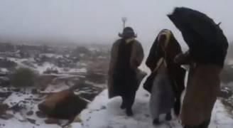 ثلوج وطقس على نحو غير مألوف في الإمارات .. فيديو