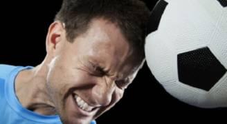 ارتطام كرة القدم بالرأس بشكل متكرر قد يشكل خطرًا على الدماغ