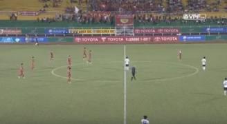 بالفيديو.. أغرب احتجاج على قرار حكم كرة قدم بالتاريخ !