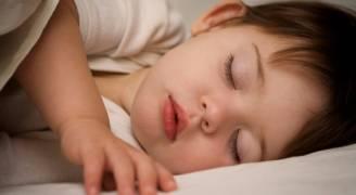 لماذا ينقطع النفس عند الأطفال أثناء النوم؟