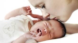 التواصل باللمس قد يساعد في نمو أدمغة حديثي الولادة