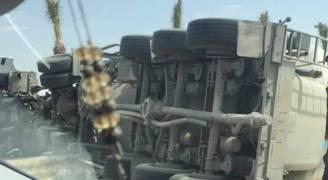 بالصور.. اصابة بانقلاب صهريج على الصحراوي