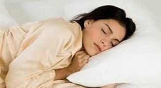 ٨ أطعمة تساعدك على النوم بسرعة