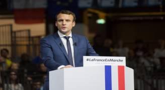 الرئيس الفرنسي يدعو الناخبين إلى دعم المرشح ماكرون