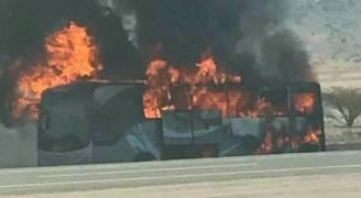 بالصور .. حريق يلتهم حافلة معتمرين أردنيين داخل الأراضي السعودية