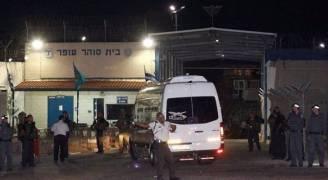 نقل ٧٦ أسيرًا فلسطينيُا مضربا عن الطعام إلى مستشفيات ميدانية