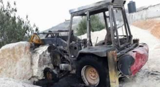 مستوطنون يحرقون جرافة ويخطون شعارات عنصرية شمالي الضفة