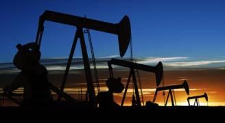 النفط يتراجع بفعل نمو أنشطة الحفر الأمريكية وتباطؤ الطلب