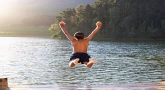 القفز في المياه الباردة خطر على صحة طفلك