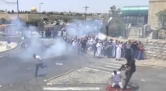 بالفيديو: شرطة الاحتلال تعتدي على شاب أثناء صلاته بشوارع القدس