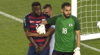 بالفيديو.. 'العض' يعود مجددا إلى كرة القدم