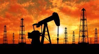 النفط يهبط بينما تدرس روسيا زيادة الإنتاج في المستقبل