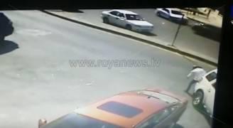 بالفيديو.. رجل يرمي نفسه أمام سيارة للحصول على المال في عمان