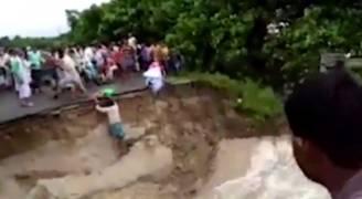 بالفيديو.. لحظة غرق أم وطفلها بانهيار جسر في الهند