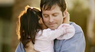 دراسة علمية جديدة: كلما عانقت أطفالك تتطور عقولهم