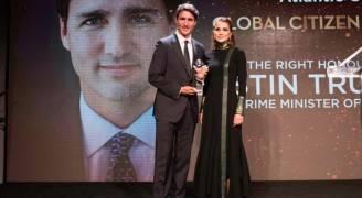 الملكة تسلم جائزة المواطن العالمي لرئيس الوزراء الكندي